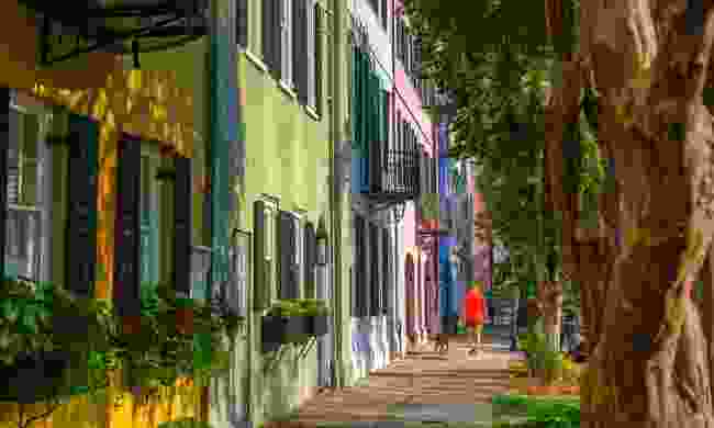 A colourful row of historic Georgian row houses in Charleston (Shutterstock)