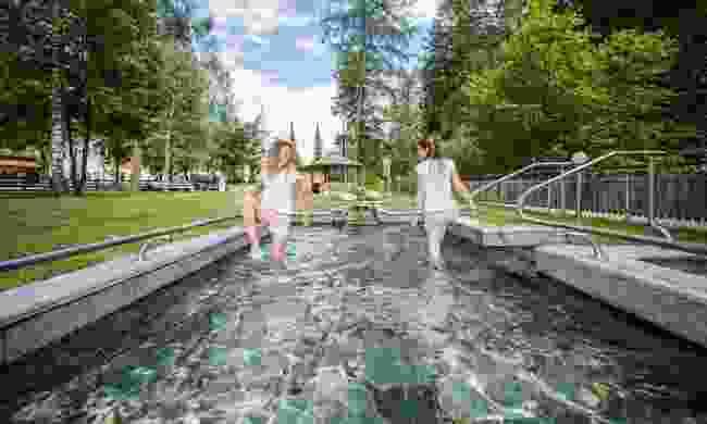 Water treading in Raiffeisen Kneipp Adventure Park (Drei Zinnen Marketing/ Harald Wisthaler)