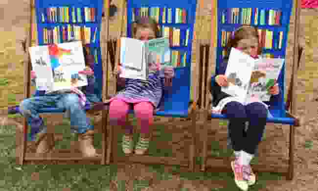 Kids reading on deckchairs (Globalmouse.com)