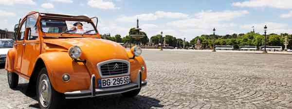 Old Citroen 2CV parked at Place de la Concorde in Paris (Dreamstime)