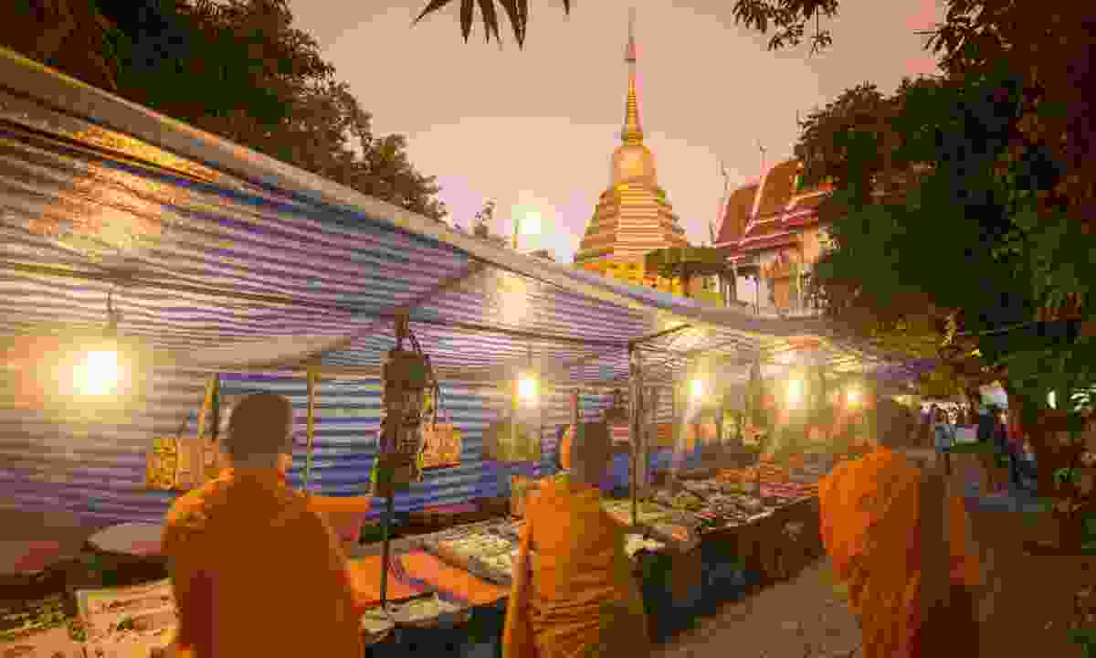 A night market near a wat in Chiang Mai (Dreamstime)