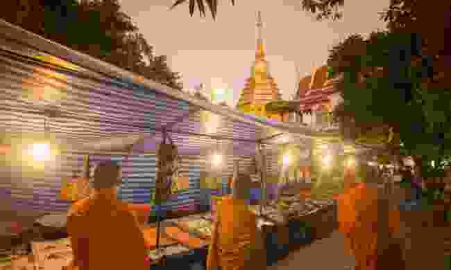 A night market near a wat in Chiang Mai (Dreamstime)