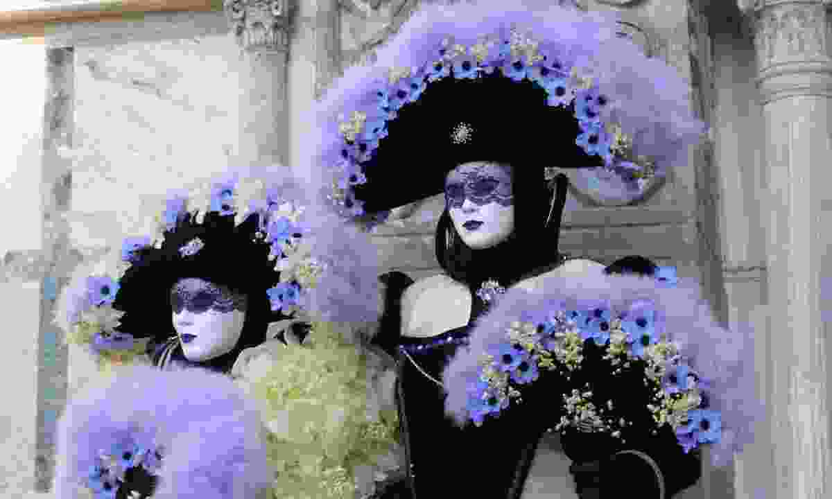 A couple in carnival costumes in Venice (Dreamstime)