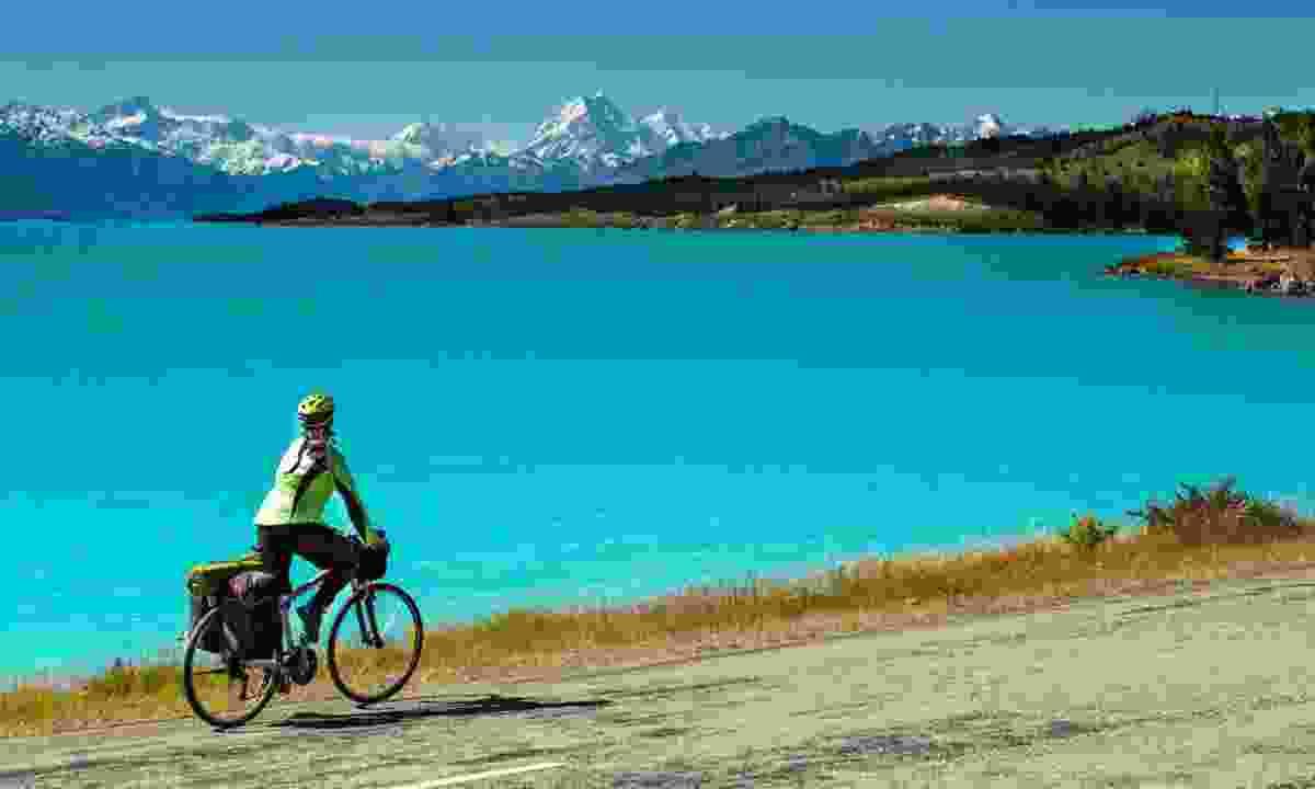 Cycling along Lake Pukaki (Shutterstock)