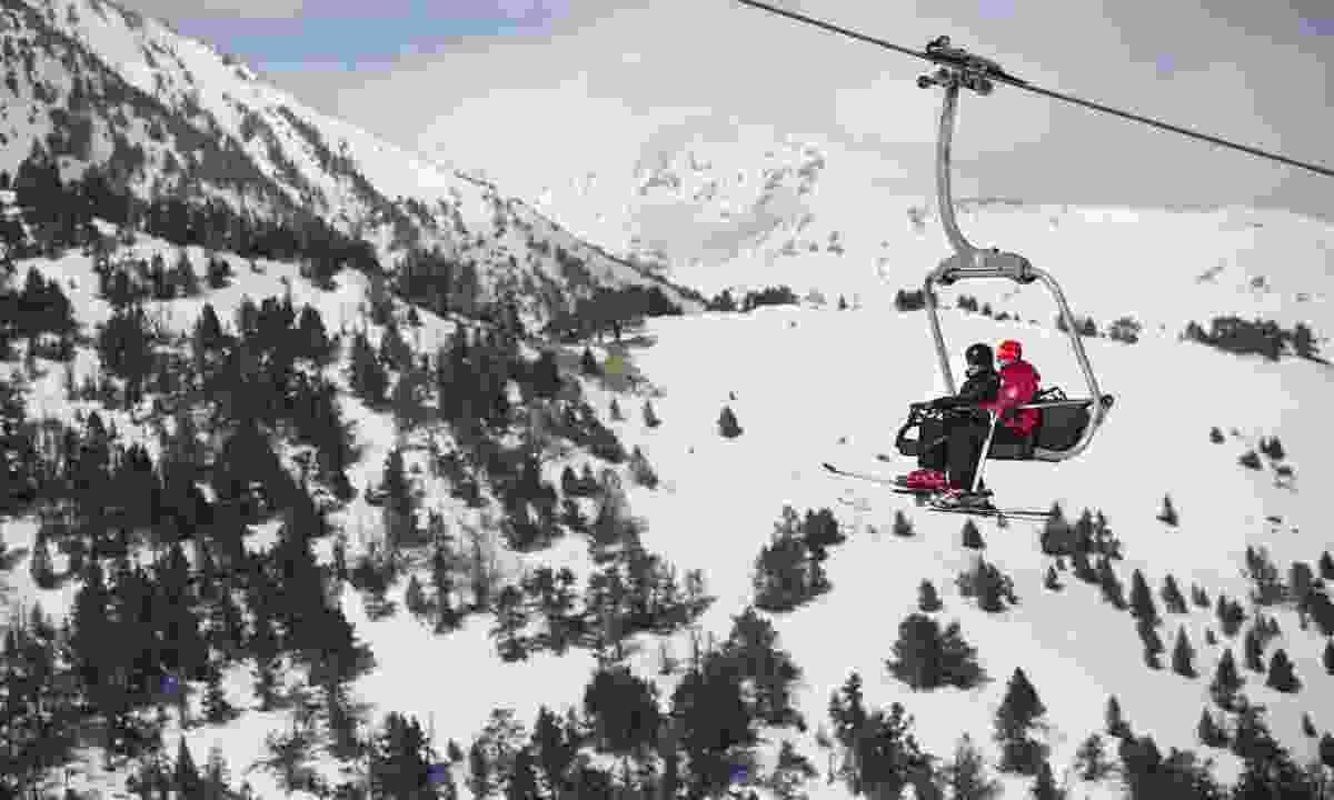 Ski lift in the mountains (Oriol Clavera)