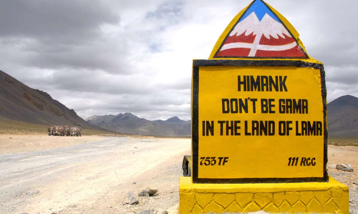Roadside sign on the road between Leh and Manali (Dreamstime)