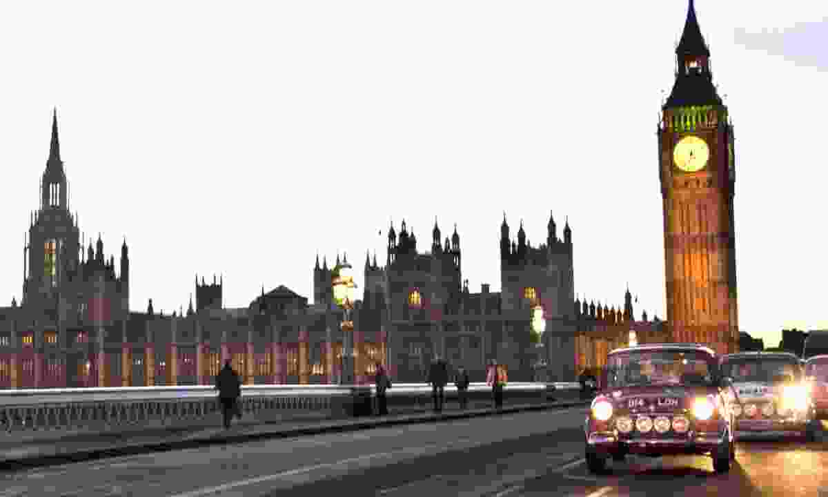 Mini in front of Westminster (smallcarbigcity.com)