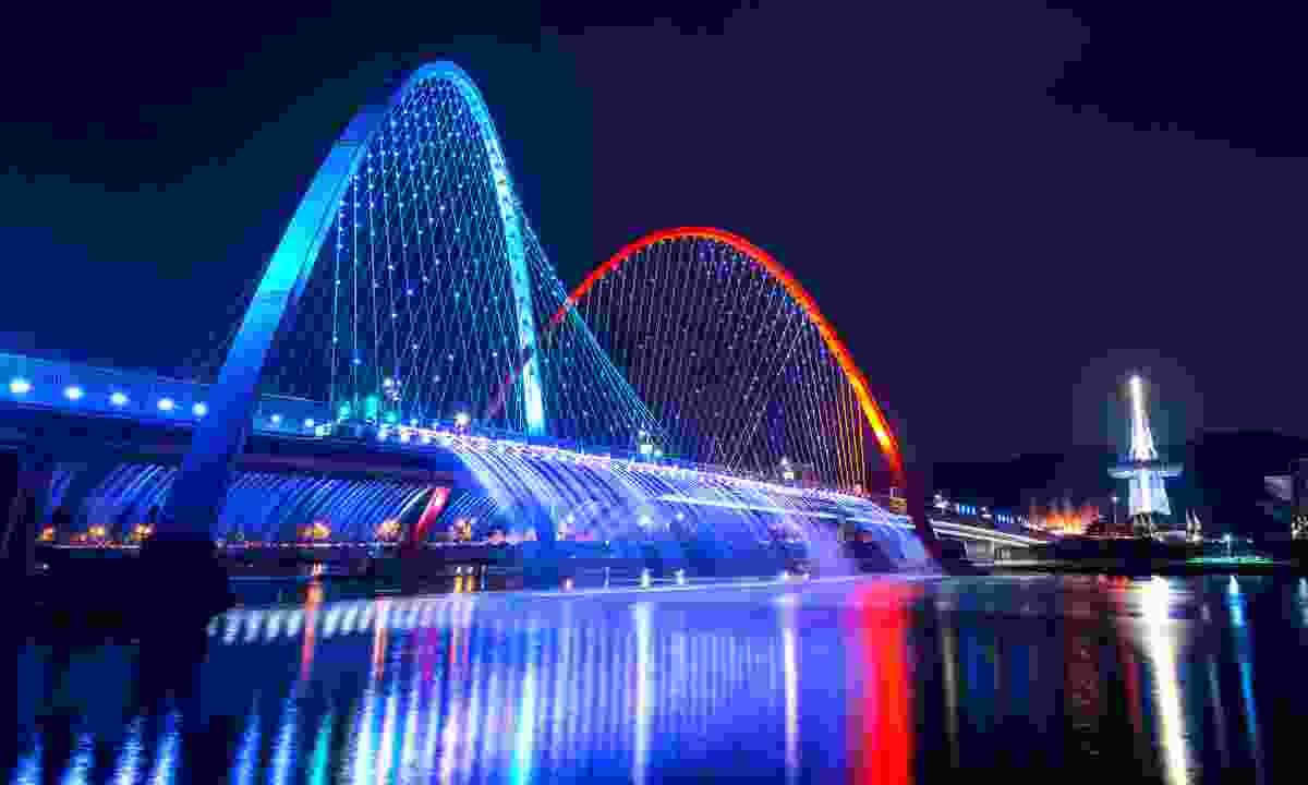 Seoul's Rainbow Fountain at night (Shutterstock)