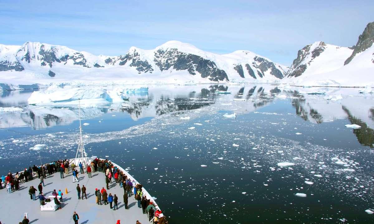 A cruise ship sails through Antarctica (Dreamstime)