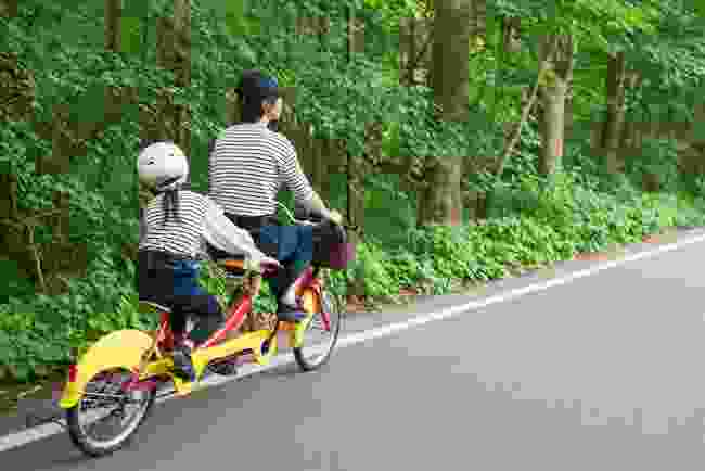 Parents and children riding bicycles in Karuizawa (Shutterstock)