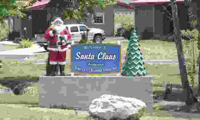 Sign for the city of Santa Claus, Indiana (Doug Kerr, Flickr)