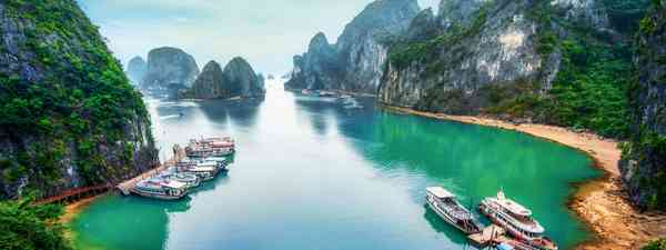 The towering limestone rock formations of Halong Bay (Shutterstock)