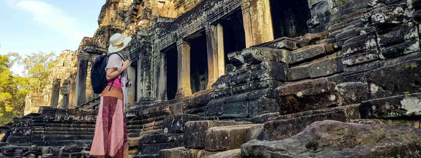 Solo female traveller visiting a temple (Dreamstime)