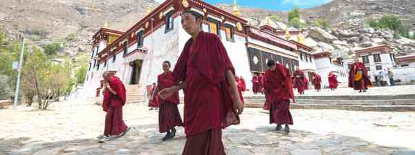 Monks leave the main assembly hall of Sera monastery (Dreamstime)