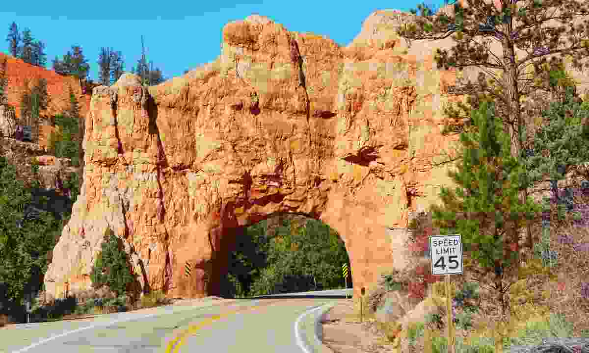 Red Arch road tunnel, Bryce Canyon (Dreamstime)