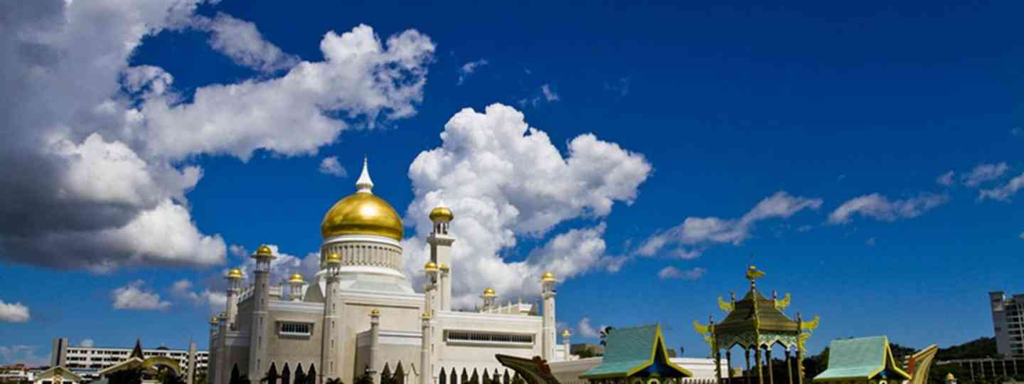 Brunei, Scenic view of Sultan Omar Ali Saifuddin Mosque viewed over lagoon, Bandar Seri Begawan, Brunei (dreamstime.com)