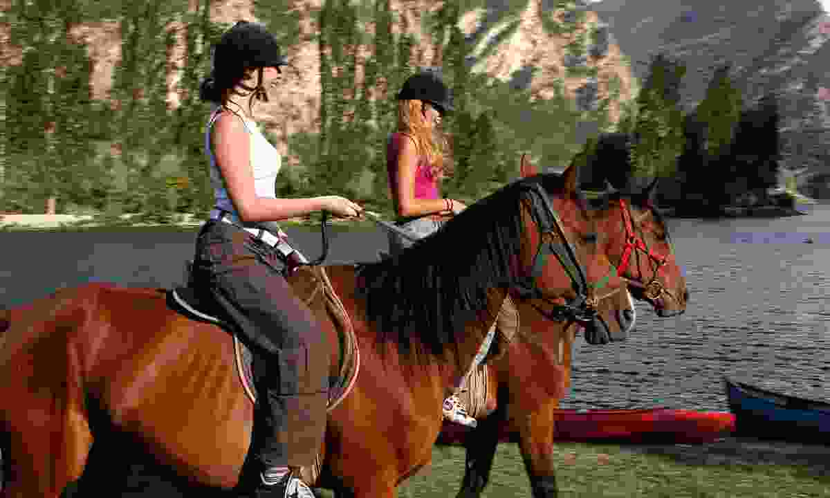 Horse riding on the edge of the reservoir of la Torrassa (Jordi Pou)
