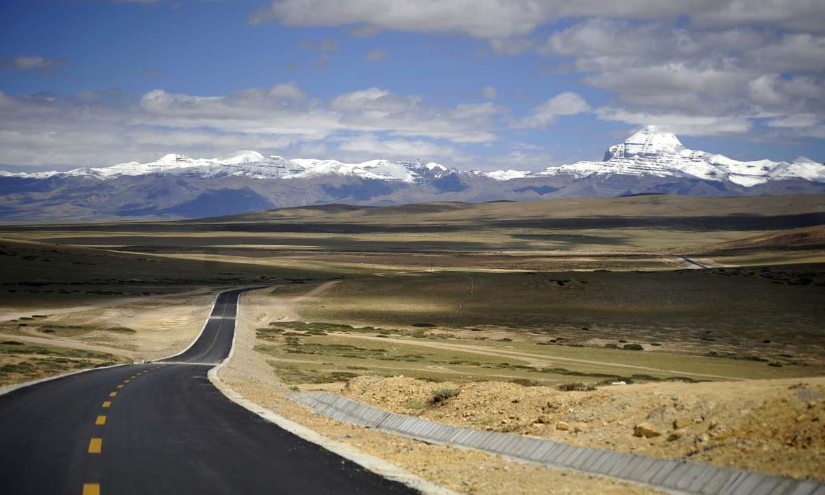 The road to Mount Kailash (Dreamstime)