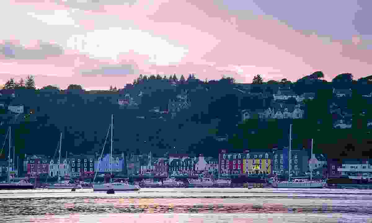The colourful town of Tobermory turning pink at dusk (Phoebe Smith)