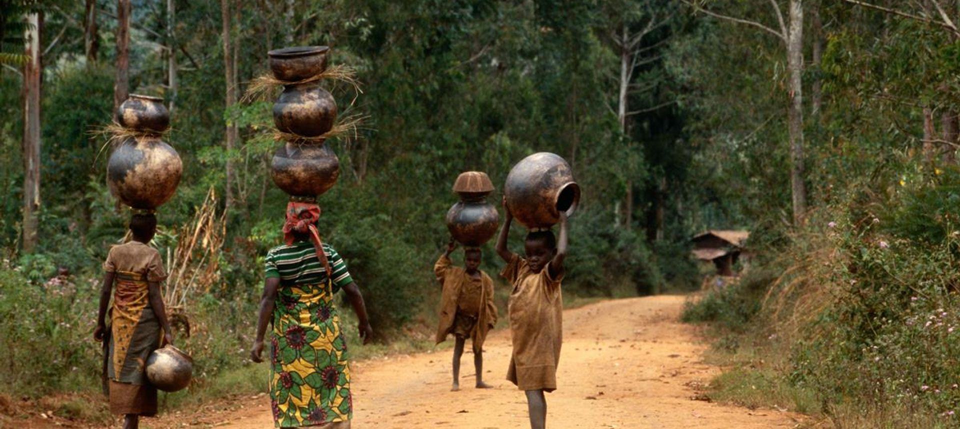Burundi, Samburu women with traditional jewelery(dreamstime.com)