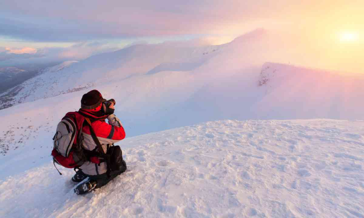 Photographer in the mountains (Shutterstock)