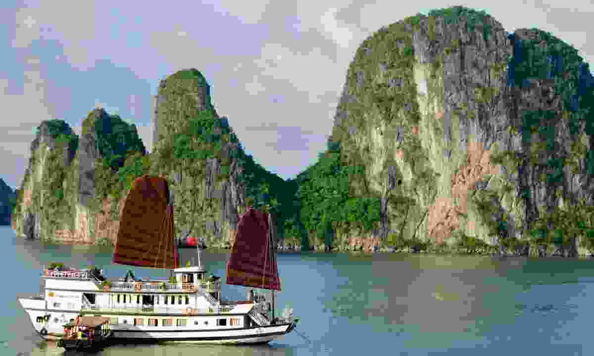 Boat in Bai Tu Long Bay (Shutterstock)