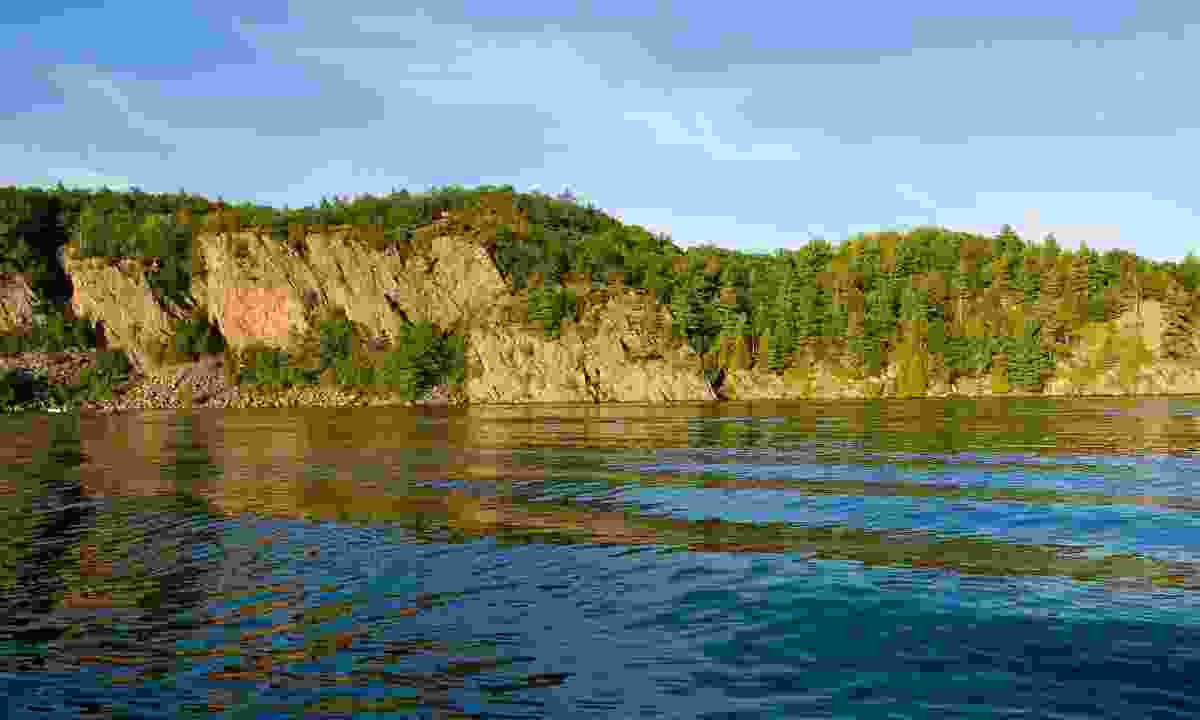 High cliff at shore of Mazinaw Lake (Shutterstock)