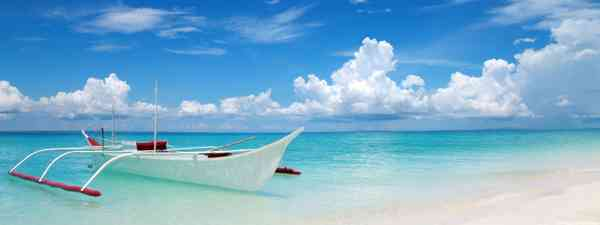 White boat on a tropical beach in Bantayan (Dreamstime)