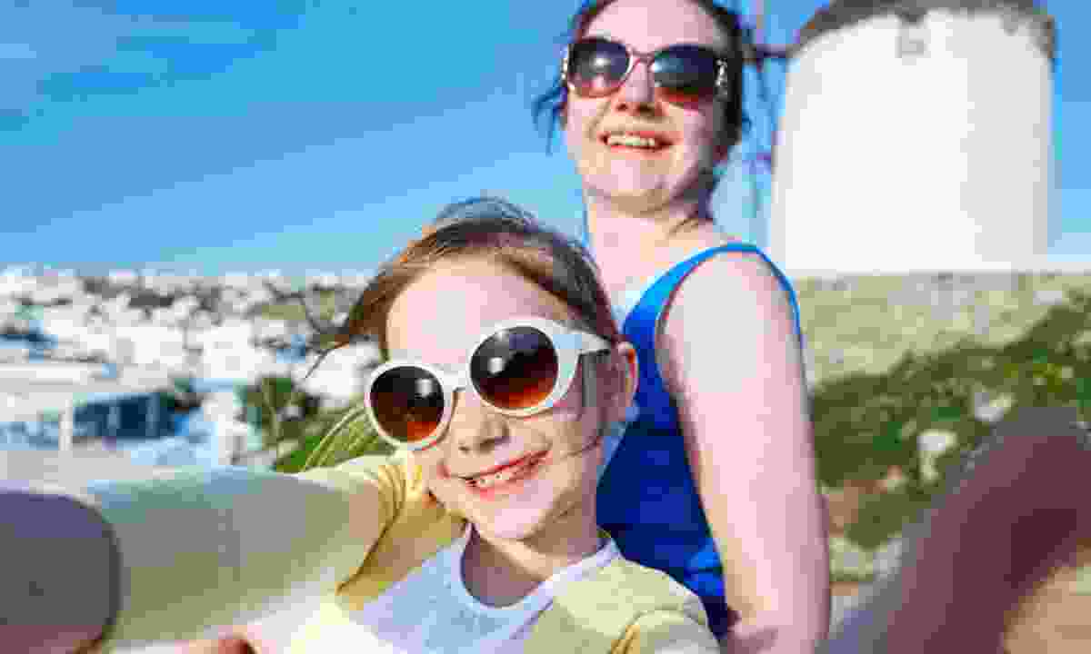 Mother and daughter in Mykonos (Dreamstime)
