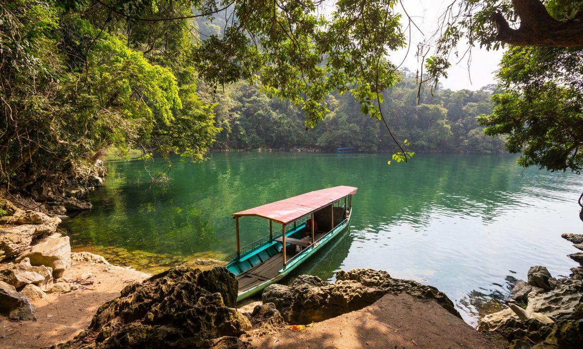 A boat on Ba Bể Lake (Dreamstime)