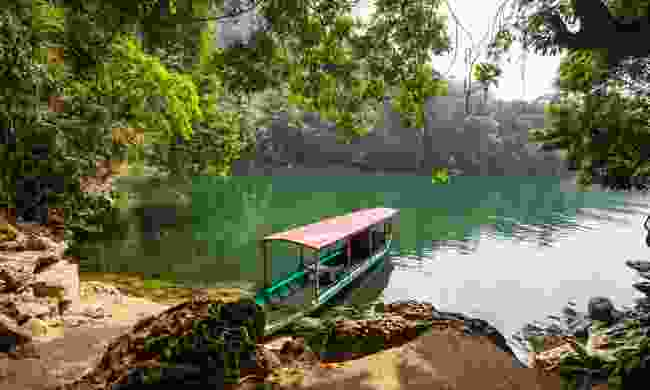 A boat on Ba Bể Lake (Dreamstime)