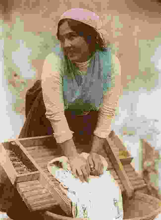 Neapolitan washerwoman, c. 1900 (Marc Walter Collection, Paris)