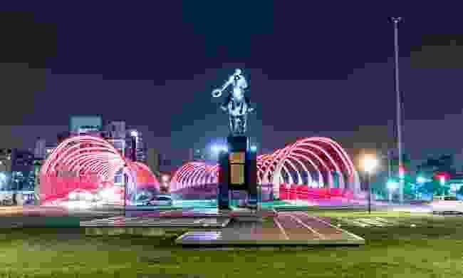 Puente del Bicentenario at night (Shutterstock)