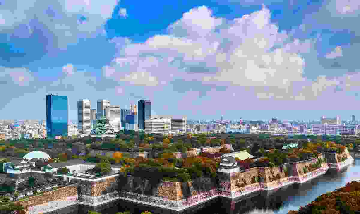 Beautiful Osaka Castle infront of the city's skyscrapers (Dreamstime)