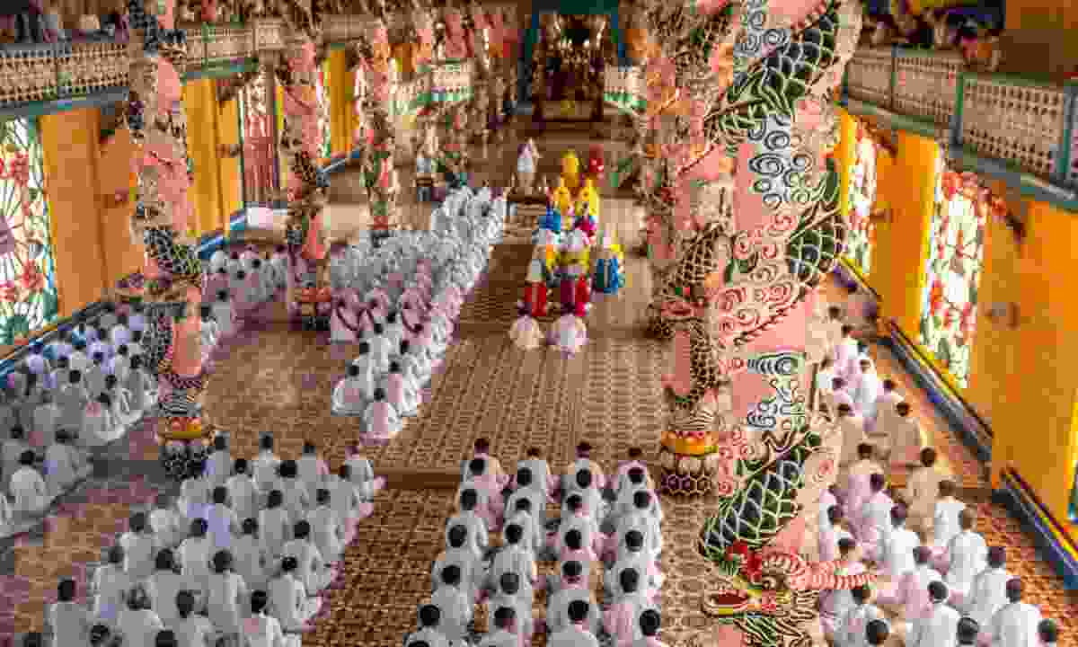 Worshipping in the Cao Dai temple (Dreamstime)