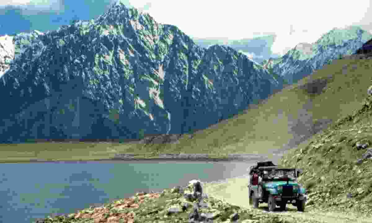 Jeep on the Grand Trunk Road (Wild Frontiers)