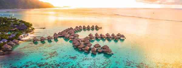 Overwater bungalows Tahiti (Shutterstock)