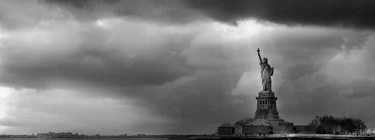 The statue and the storm (© 2015 YellowKorner Editions, Photo © Serge Ramelli. All rights reserved)