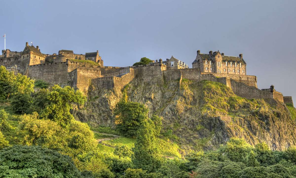 Edinburgh Castle on Castle Rock (Dreamstime)
