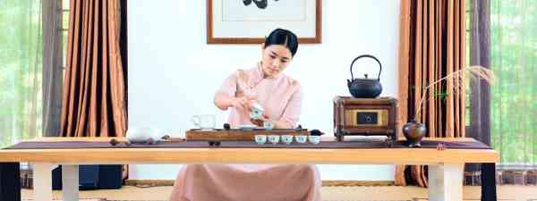 Chinese woman pouring tea in tea ceremony (Dreamstime)