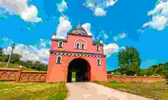 The imposing red gate of Krušedol Monastery (Dreamstime)