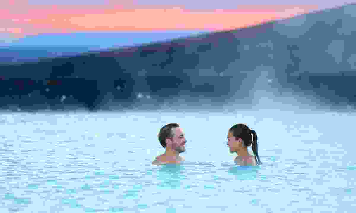 Couple relaxing in the Blue Lagoon in Iceland (Dreamstime)