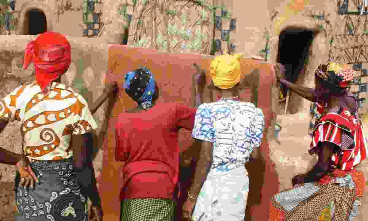 Women painting voodoo symbols in a Benin village (Shutterstock)