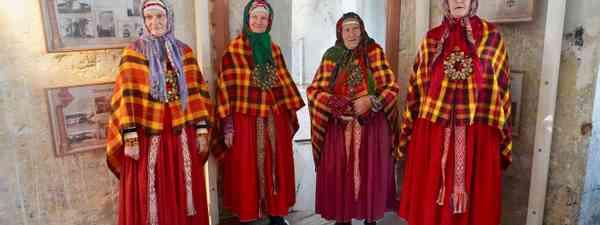 Suiti women singing (Peter Moore)