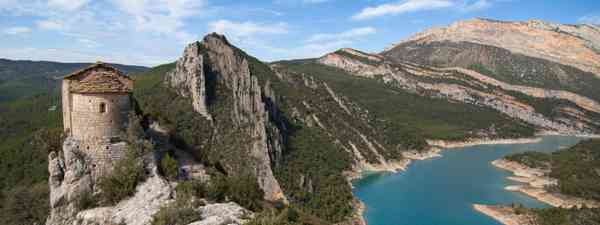 Hermitage of La Pertusa and the Montsec mountains (Dreamstime)