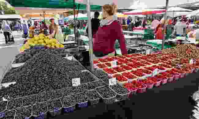 Local berries for sale at the Tirgus market (Peter Moore)