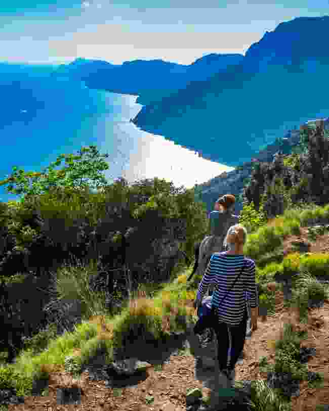 Hikers on the Amalfi Coast (Dreamstime)