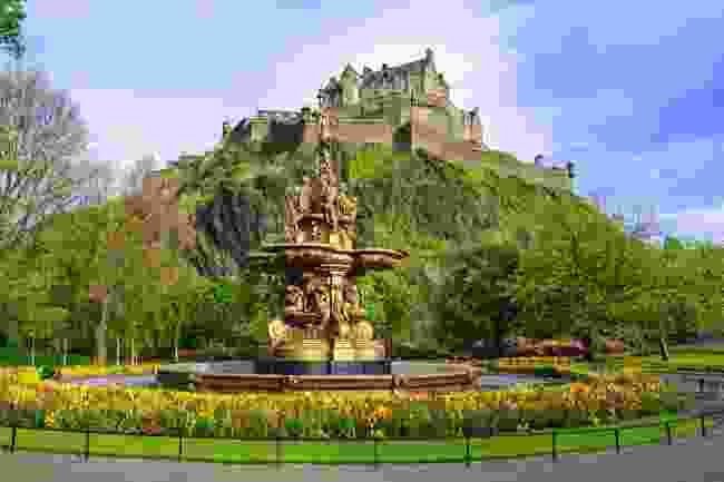 Ross Fountain in Princes Street Gardens, in front of Edinburgh Castle (Shutterstock)