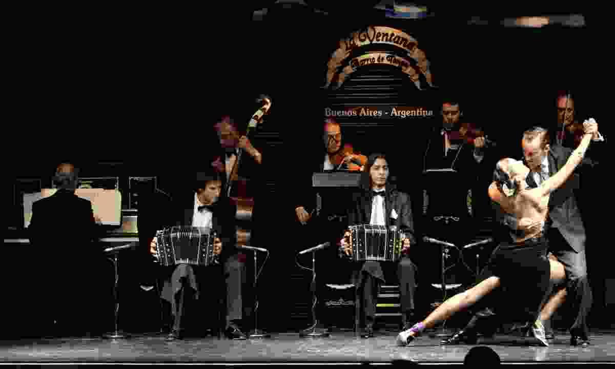 A tango dance is performed in La Ventana (Chris Moss)