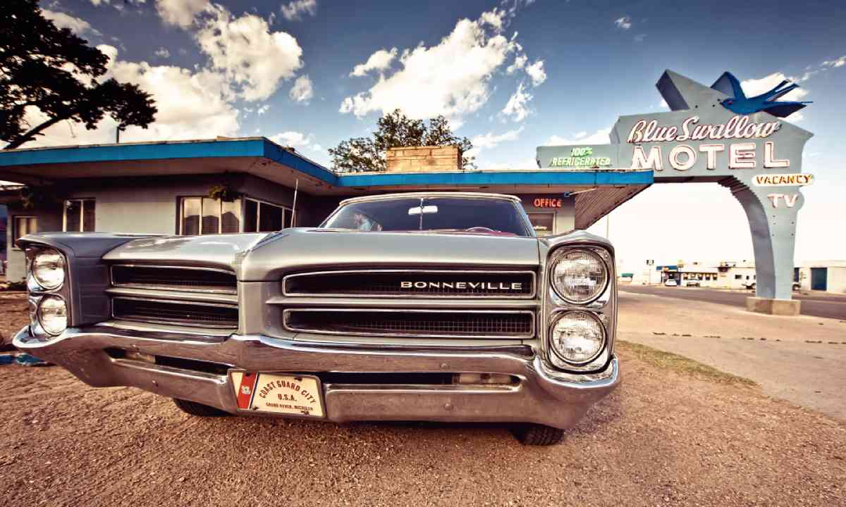 Blue Swallow Motel and old car on Historic Route 66 (Shutterstock)